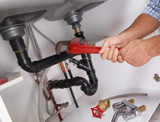 Faire appel à un plombier pour installer une robinetterie de douche